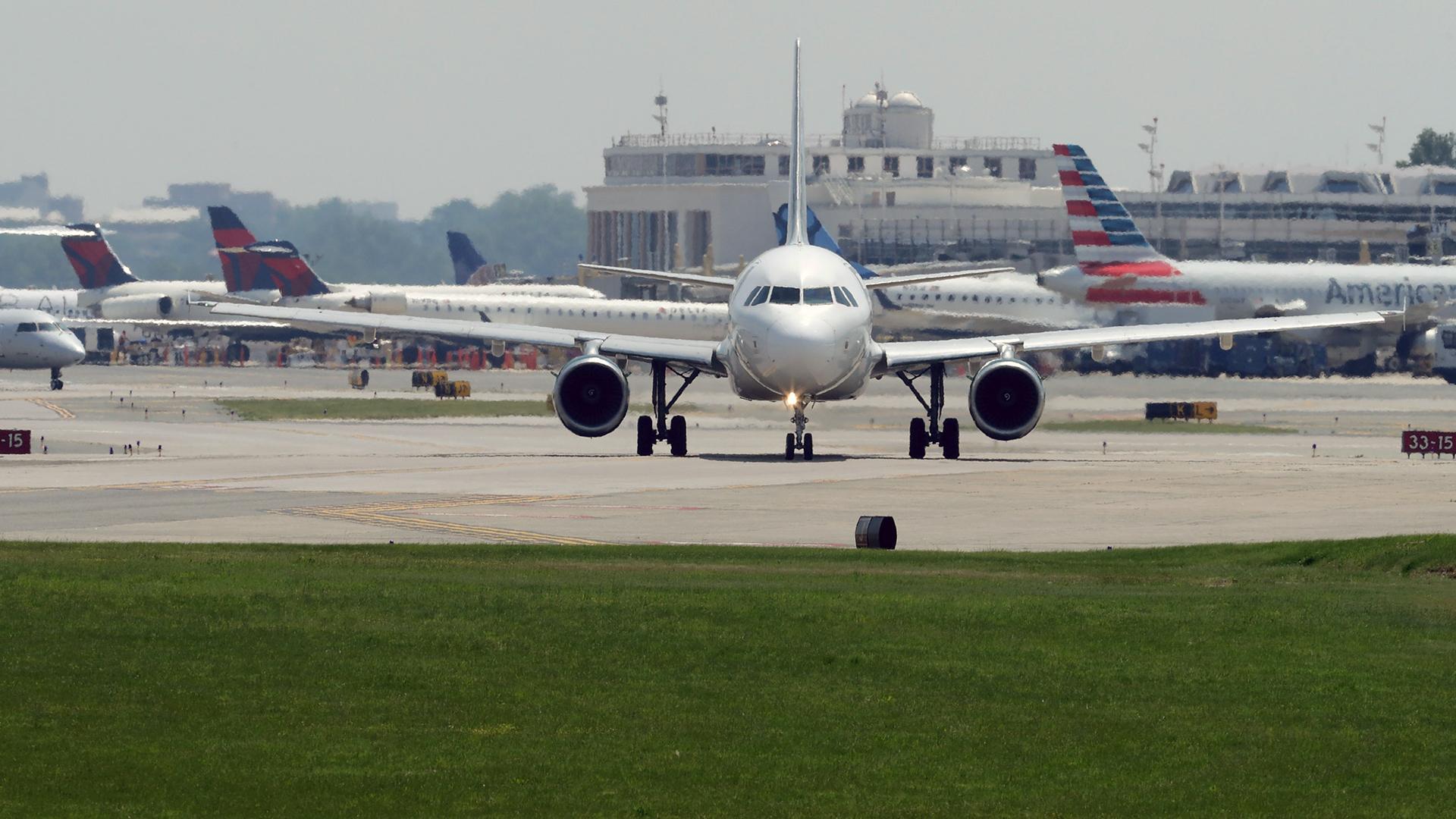 Airplanes waiting at airport-159532.jpg91976863