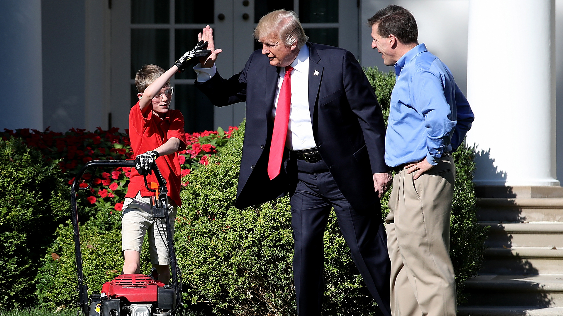 Trump high fives boy mowing White House lawn-159532.jpg53244713