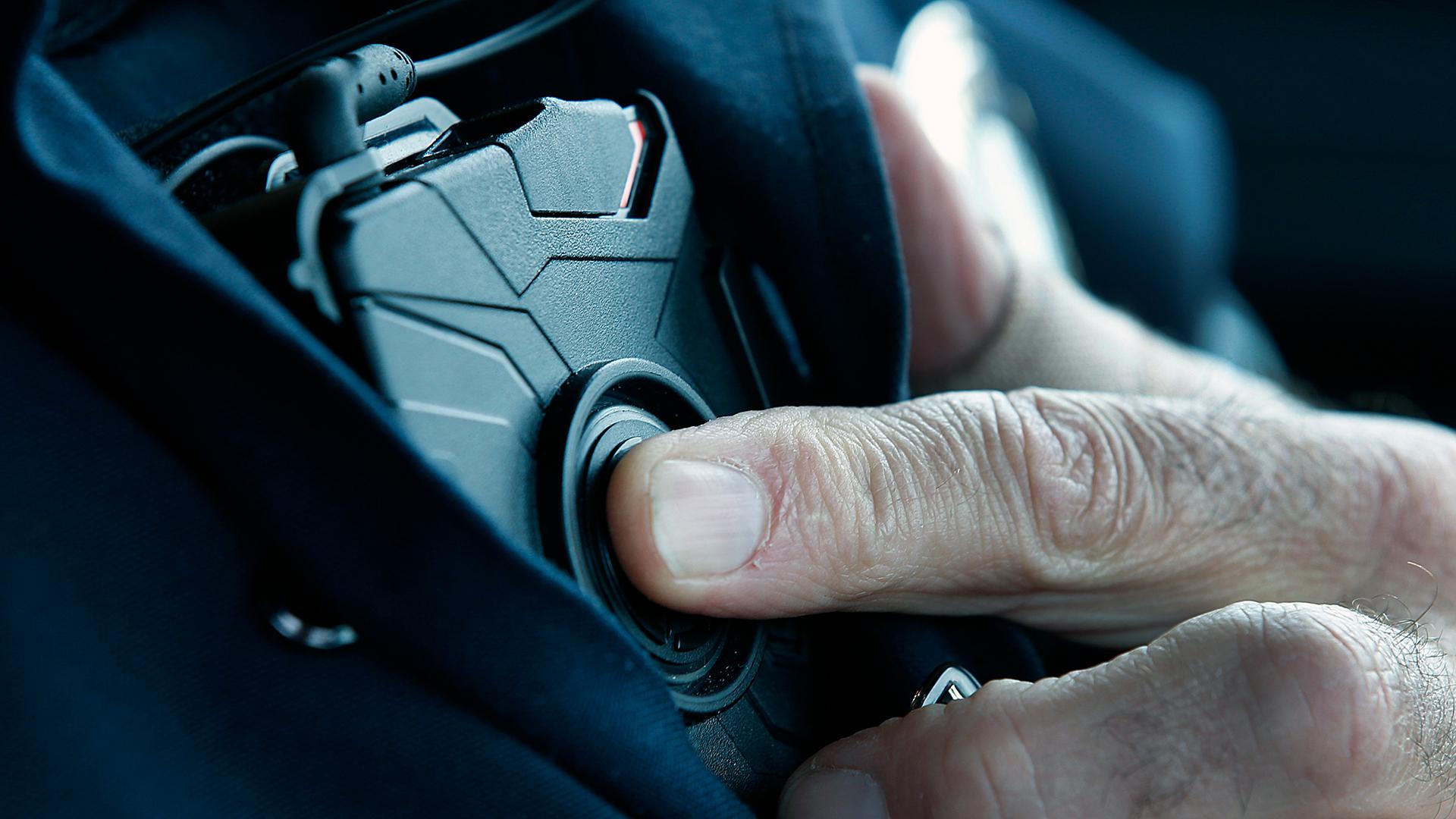 Police officer activating body camera-159532.jpg02061387