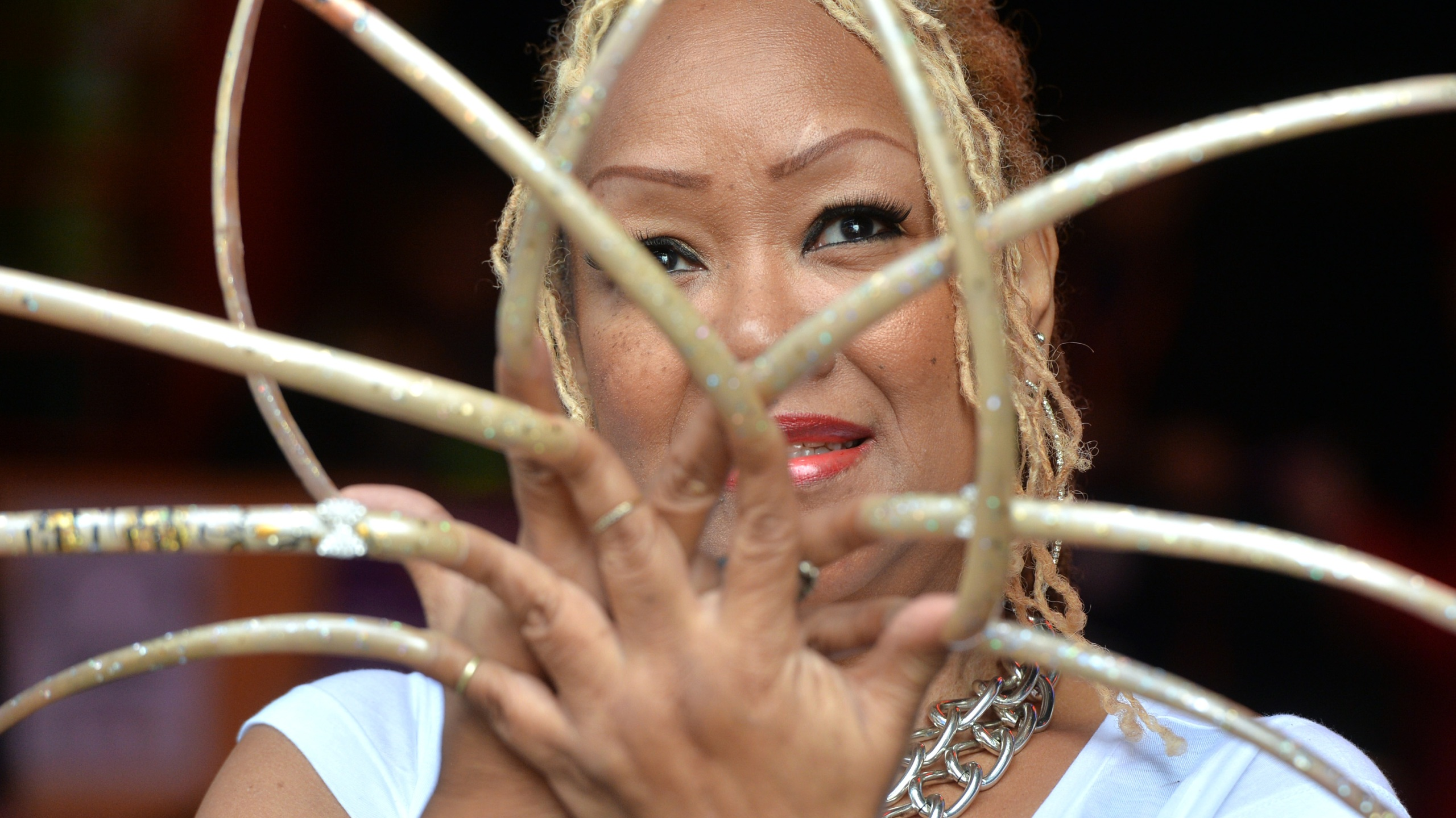 Texas woman with 'longest nails in the world' cuts them ...