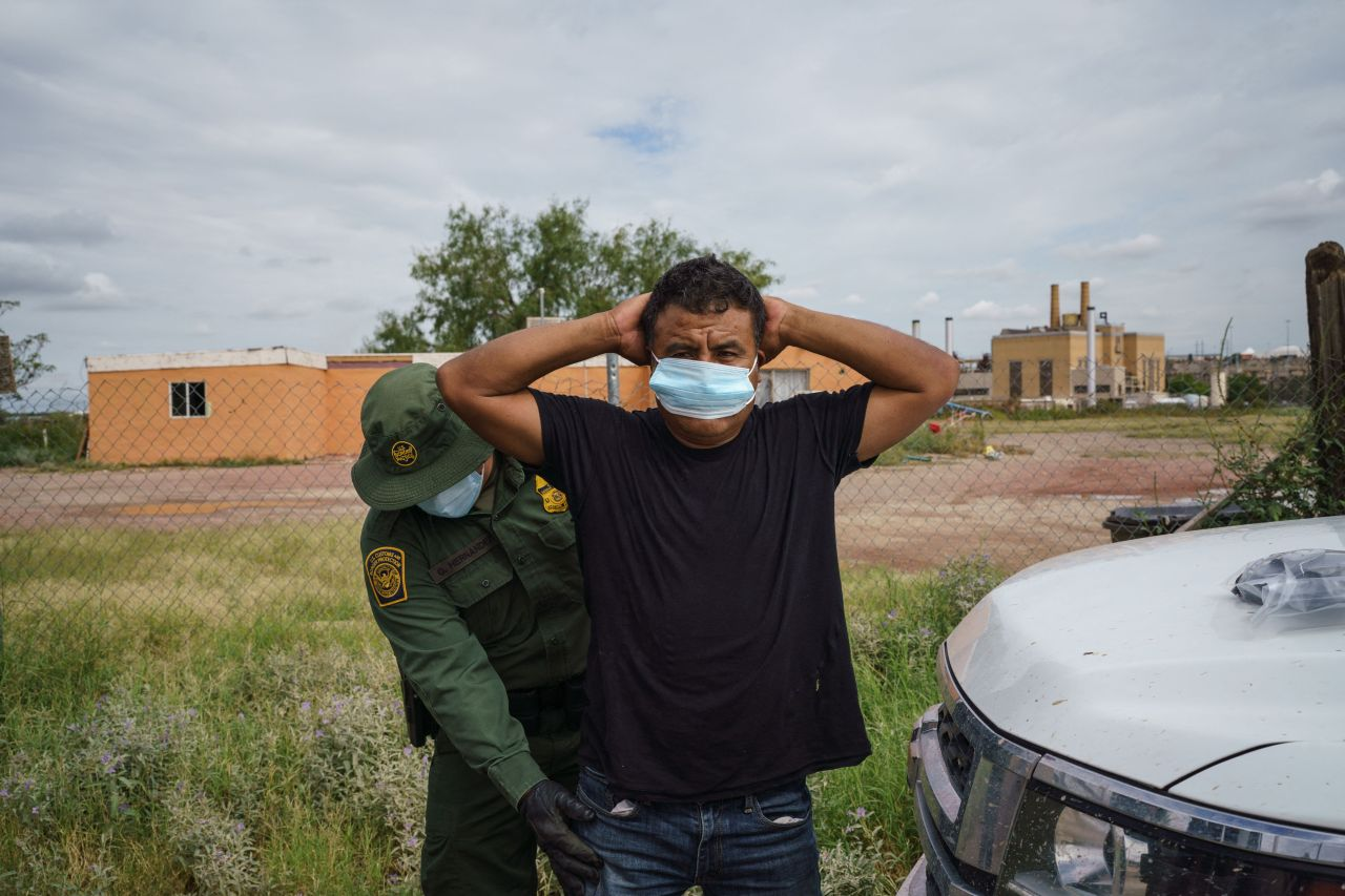 U.S. officials come across nearly 2 million unauthorized migrants in 2021